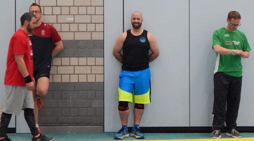 Die langen Wartezeiten in der großen Riege stecken Torsten Rauth (Bildmitte) und Markus Kissel (rechts) locker weg.