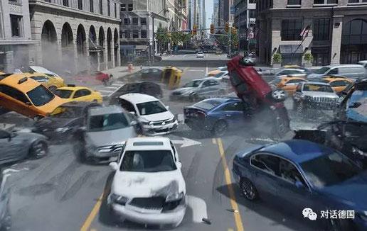 电影《速8》中无人驾驶汽车被黑客操控造成混乱(图片来自网络)