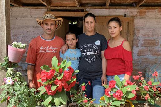 Don Walter Restrepo mit Familie vor seinem Haus