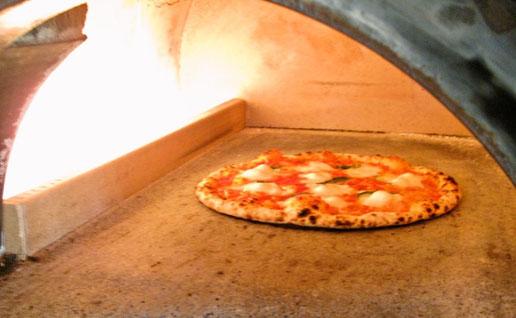 石窯で焼く本場仕込みのピッツァ