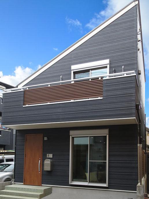 落ち着いた黒い外観にシンプルな片流れ屋根