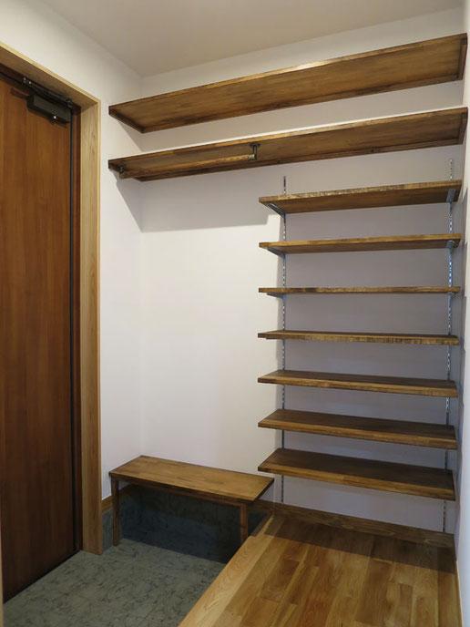 玄関には造作の収納スペース