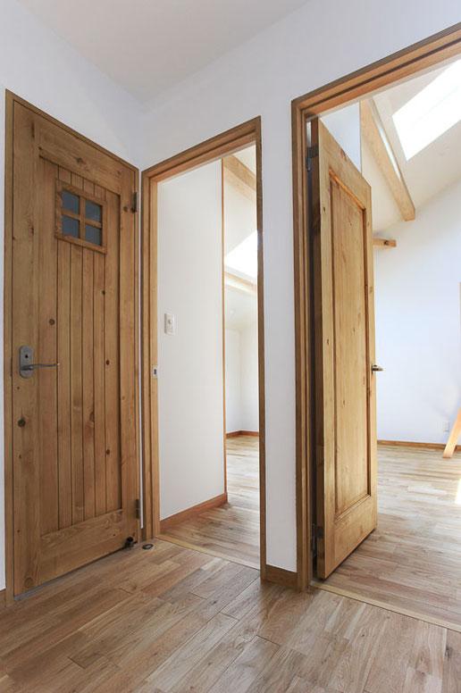 内装ドアはすべてオスモカラーで仕上げました