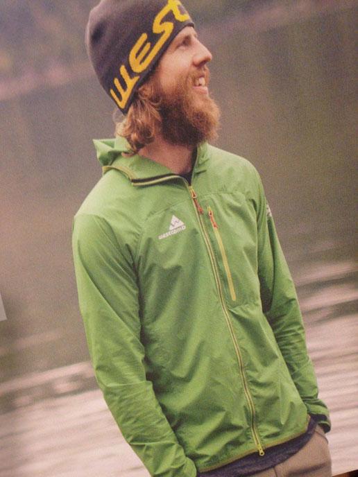 ちなみにこのモデルさんが着用しているウィンドシェルはCrest Hoodyといいます!!このグリーンカラーは今季残念ながらありません。。