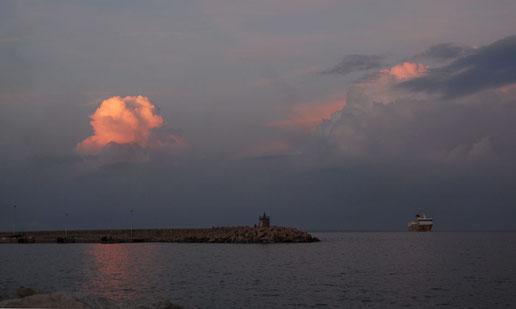 Hafeneinfahrt Bastia im Abendrot