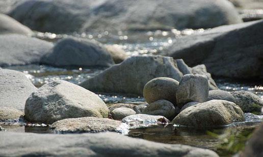 Flusslandschaft mit grossen Steinblöcken