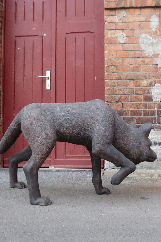 'Wolf' // Skulptur: Deike Heeren // Polysterol, Spachtel, Acryl, H 70 cm