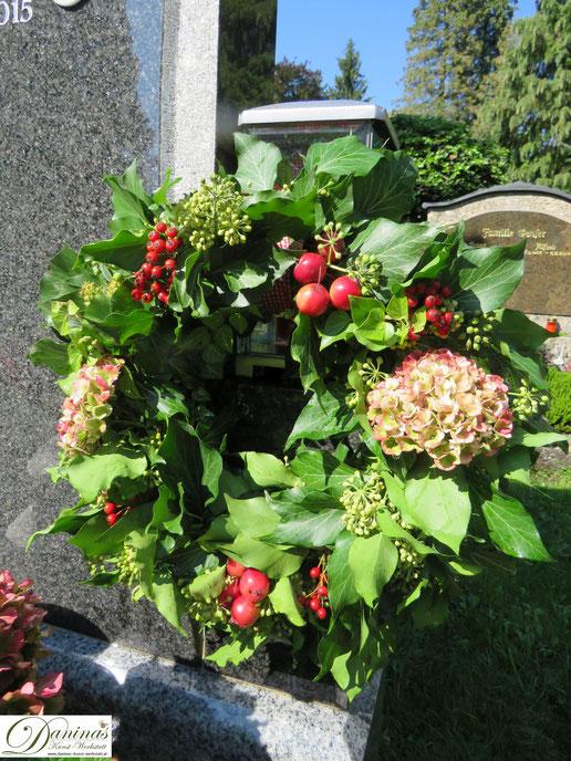Herbstkranz für das Grab selber machen - Schritt für Schritt Anleitung by Daninas-Kunst-Werkstatt.at