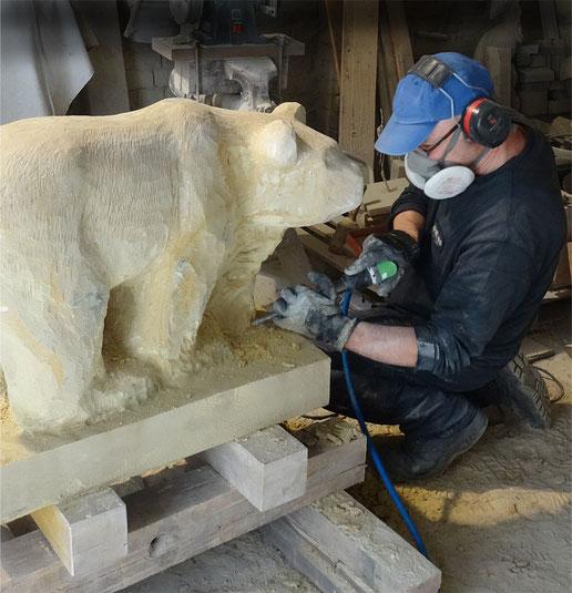 Bildhauer mit Arbeitsschutz und Presslufthammer.