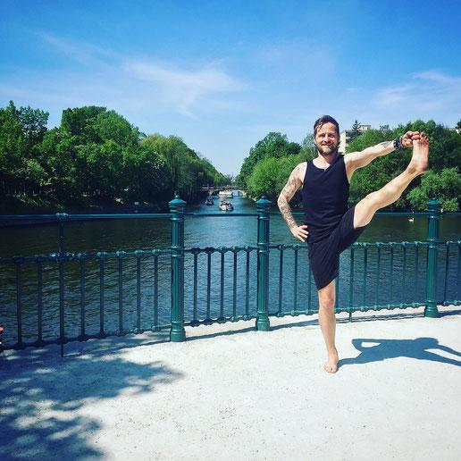 Hauptstadt-Yogi! Blogger und Yoga-Papa Thomas Meinhof in Utthita Hasta Padangusthasana MOMazing Mama Mami Yoga Blog