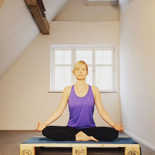 Yoga-Lehrerin, Dreifach-Mama, Coach und Bloggerin Silja Mahlow bei der Meditation MOMazing Mama Mami Yoga Blog