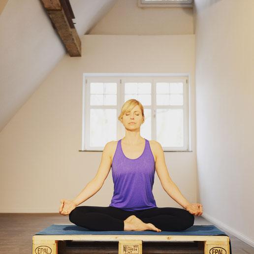Yoga-Lehrerin, Dreifach-Mama, Coach und Bloggerin Silja Mahlow bei der Meditation.  Interview mit dem Mama Yoga Blog MOMazing.