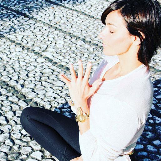 Yoga-Lehrerin und Dreifach-Mama Ayse Gündogdu-Aiser erzählt auf dem Yoga Mama Blog MOMazing, wie sie Yoga in ihren Alltag integriert.