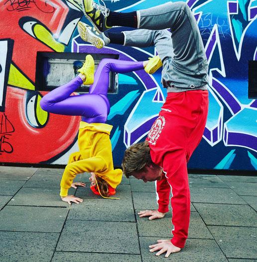 Stellen ihr Leben gerne auf den Kopf: Qbi und Dirk von Power Yoga Germany MOMazing Mama Mami Yoga Blog
