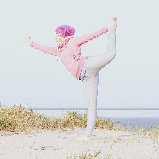 Yoga-Mama Diana Schlesier beim Yoga in den Dünen. Interview mit dem Yoga Mama Blog MOMazing.