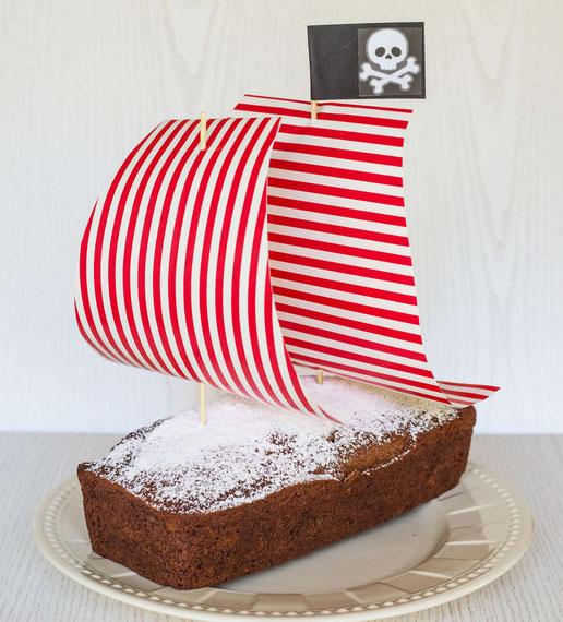 Kindergeburtstag Ideen: Kindergeburtstag Pirat, Kuchen für kleine Piraten mit Segeln aus Geschenkpapier, einfach selbst gemacht, Kinderparty
