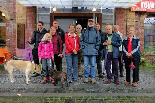 Die Wandergruppe vor der Halle kabelmetal. Foto: F. Christgen