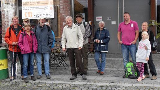 Die Wandergruppe vor der Halle kabelmetal