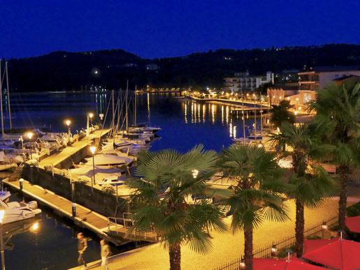 der Yachthafen von Salo am Gardasee bei Nacht