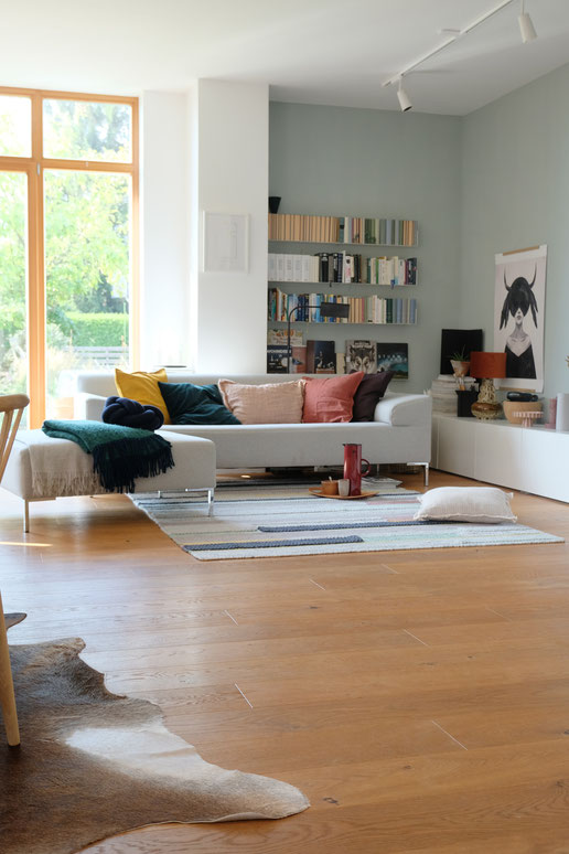 ieartige // Design Studio - BLOG - #Wohnzimmer, das graue Sofa mit Kissen in Senfgelb, Dunkelgrün, Blassem Terrakotta bzw. Roseton, Siena, Pflaume, Sienna & Pflaume