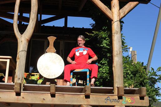 Papa Schlumpf Hong mit dem Gong
