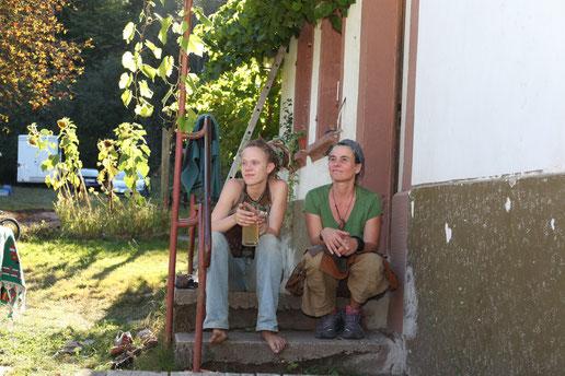 Zwei Damen auf der Treppe