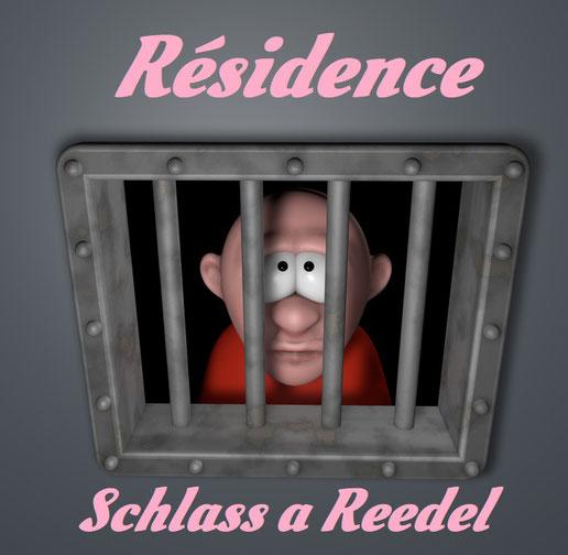 Mann schaut durch die Gitterstäbe seiner Gefängniszelle. Dazu der Titel: Résidence Schlass a Reedel