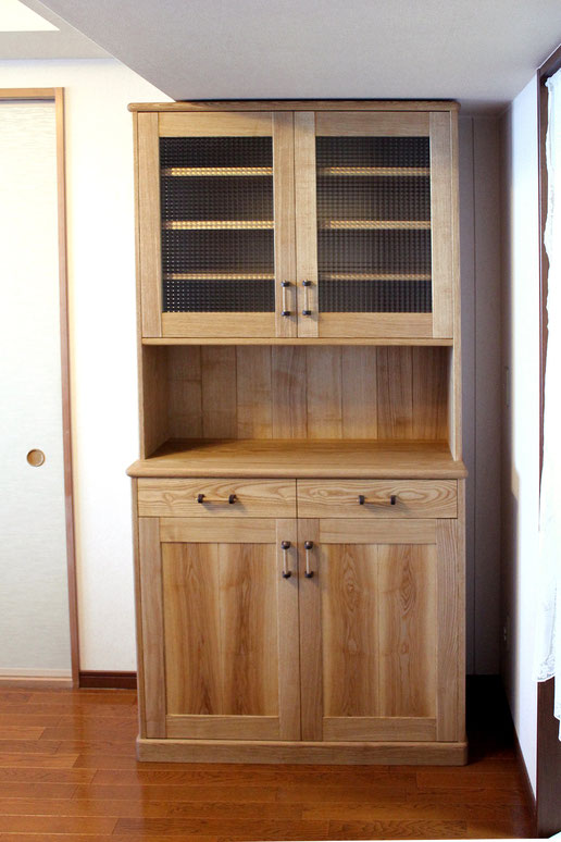 スリムなナラ無垢材のカップボード(横須賀市・M様邸)框扉