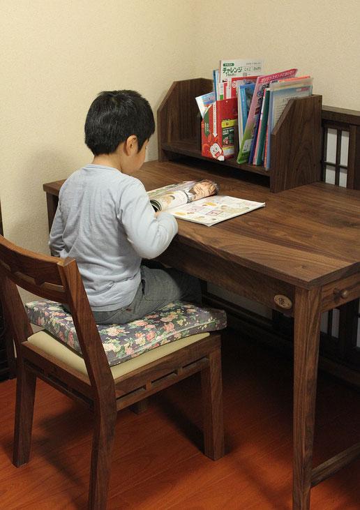 ウォールナットのシンプル学習机(桜川市・K様邸)お兄ちゃん