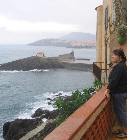 Bild: Autorin Helene Luise Köppel auf der Terrasse in Collioure