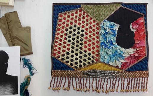 Réalisation d'un pagne (vannerie Palikur, perles et graines larmes de Job, pétales de fleurs en tissus du cimetière d'Awala Yalimapo, textiles et tissages).