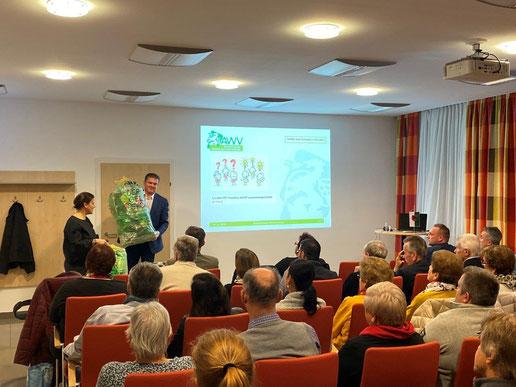 In der Marktgemeinde Peggau erklären Heidi Weinhandl vom Abfallwirtschaftsverband Graz-Umgebung und Bürgermeister Hannes Tieber die Abfalltrennung