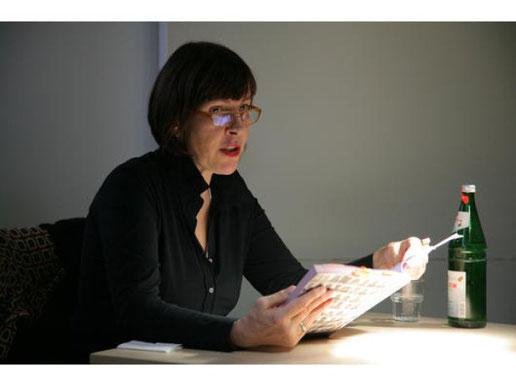 Duisburg, 20.11.2008: Gedanken zu Brustkrebs - Lesung im OP, Angelika Avenel liest, Foto: Rainer Raffalski