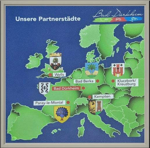 Unsere Partnerstädte in der Übersichtskarte auf einer Stele im Kurpark von Bad Dürkheim