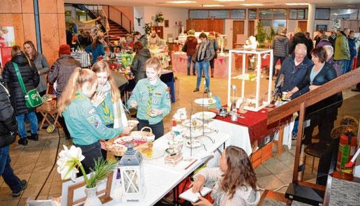 Gut angenommen: der Kunsthandwerkermarkt in der Sparkasse.