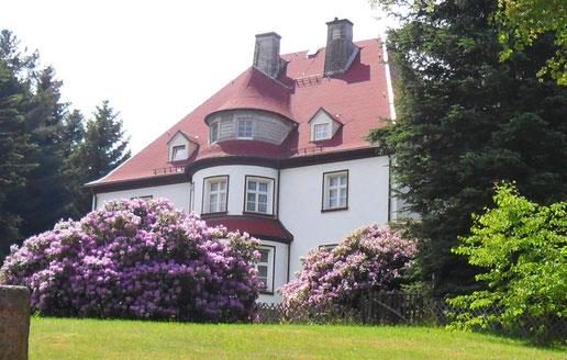 Das Landhaus heute vom Südweg aus