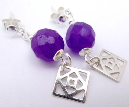 photo de clous d'oreilles avec perle facettées en alexandrite violettes et breloques mandala