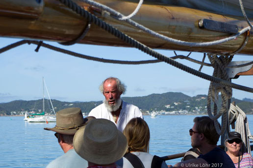 Der Skipper der R. Tucker Thompson gibt die Sicherheitsunterweisung