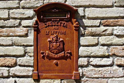 Ganz typisch: der Briefkasten am Haus