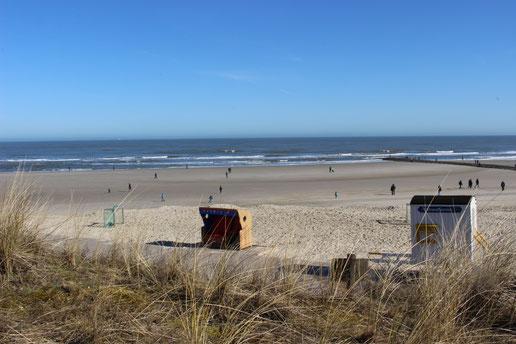 Rollstuhlgerechter Strandkorb an der unteren Strandpromenade von Wangerooge - (C) Kurverwaltung Wangerooge
