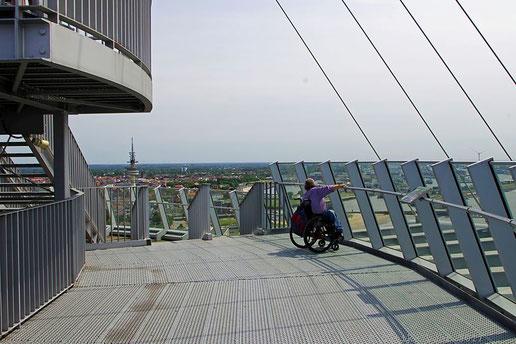 Mit dem Rollstuhl auf der Aussichtsplattform SAIL City