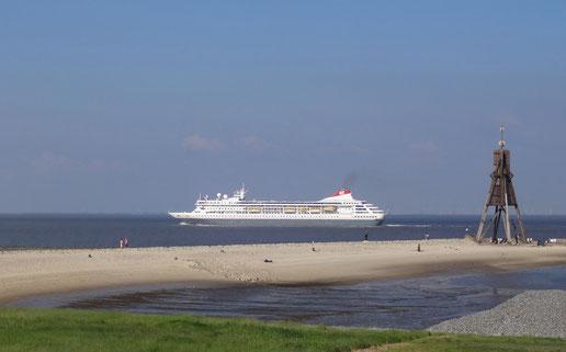 Ideal für Ship-Spotter: Cuxhavens Lage am Weltschifffahrtsweg (C) Hayit Medien