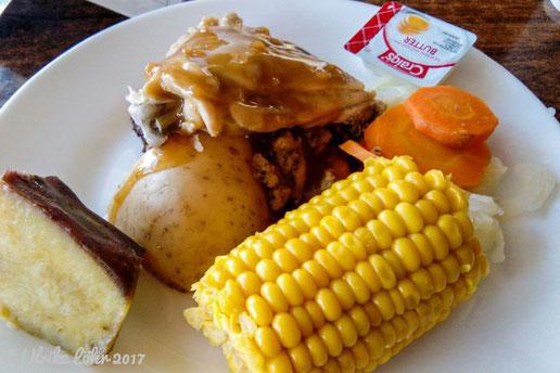 Rindfleisch, Hühnchen, verschiedene Gemüse und Kartoffeln aus dem Hangi