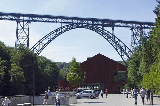Eingang zum Brückenpark, Haus Müngsten und die Müngstener Brücke