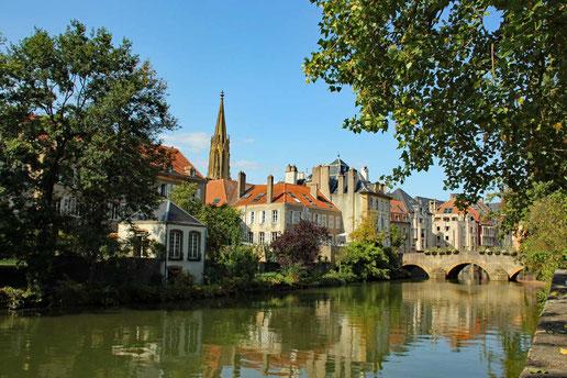 Metz: Ufer der Seille mitBlick in die Altstadt (C) der2teBlick