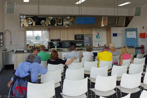 Mit dem Rollstuhl im Seefischkochstudio Bremerhaven
