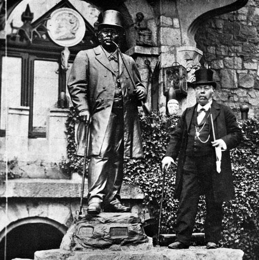 Hermann Landois neben seinem zu Lebzeiten gefertigten Denkmal.