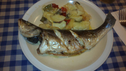 Lubina al horno, cenando en Tossa de Mar