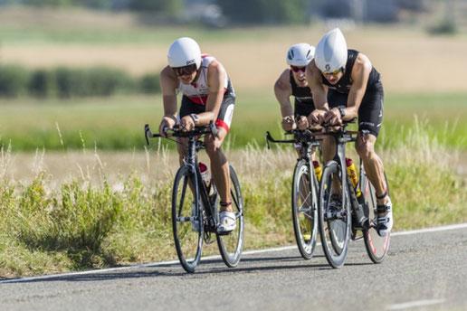 Mit Götz & Lowiner in Richtung Wechselzone, Windschattenfahren war am Triathlon Schaffhausen gestattet.