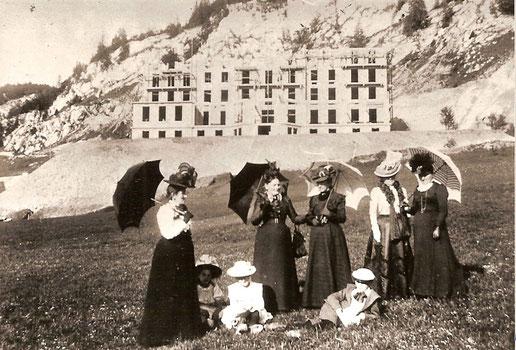 Ces dames de la haute du Pont viennent contempler l'avancement des travaux au Grand Hôtel du Lac de Joux